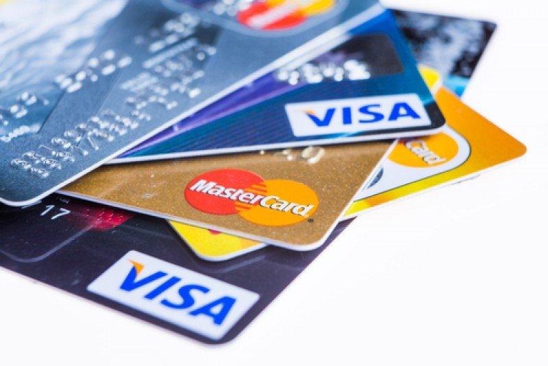 El 35% de los turistas españoles paga con tarjeta en el extranjero. #shu#