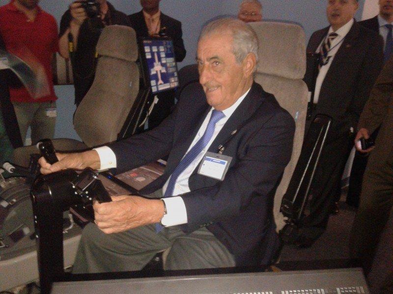 Juan José Hidalgo a los mandos de un simulador de vuelo de Boeing, en Miami.
