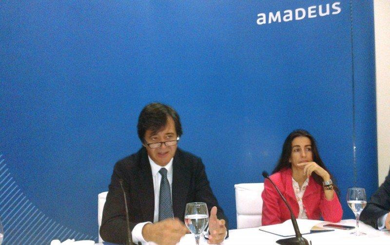 Luis Maroto, CEO de Amadeus, junto a Ana de Pro, directora financiera, en la rueda de prensa previa a la junta general de accionistas de la compañía.