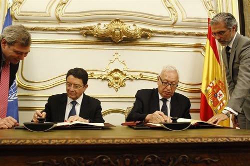 Taleb Rifai y José Manuel García-Margallo firman el acuerdo.