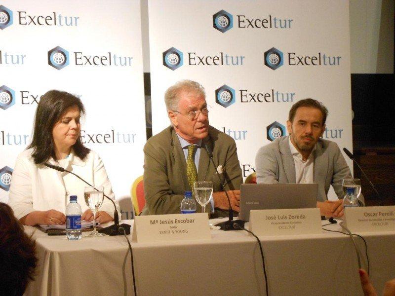 De izq. a dcha, María Jesús Escobar, de Ernst and Young; José Luis Zoreda y Oscar Perelli, de Exceltur, en la presentación del estudio sobre el alquiler de viviendas para uso turístico.