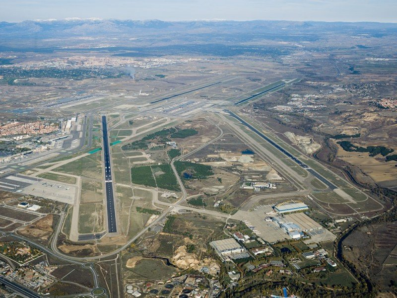 Desvían vuelos de Madrid Barajas por un incendio cerca del aeropuerto