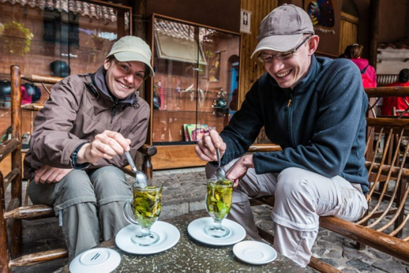 Turistas extranjeros toman té de coca en Perú. #shu#