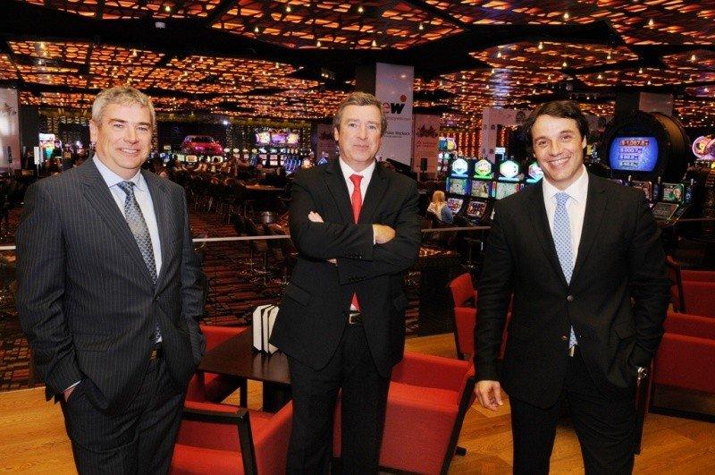 Javier y Antonio Martínez, directivos de Enjoy, junto a Juan Eduardo García, gerente general de Enjoy Conrad, en el casino del hotel de Punta del Este.