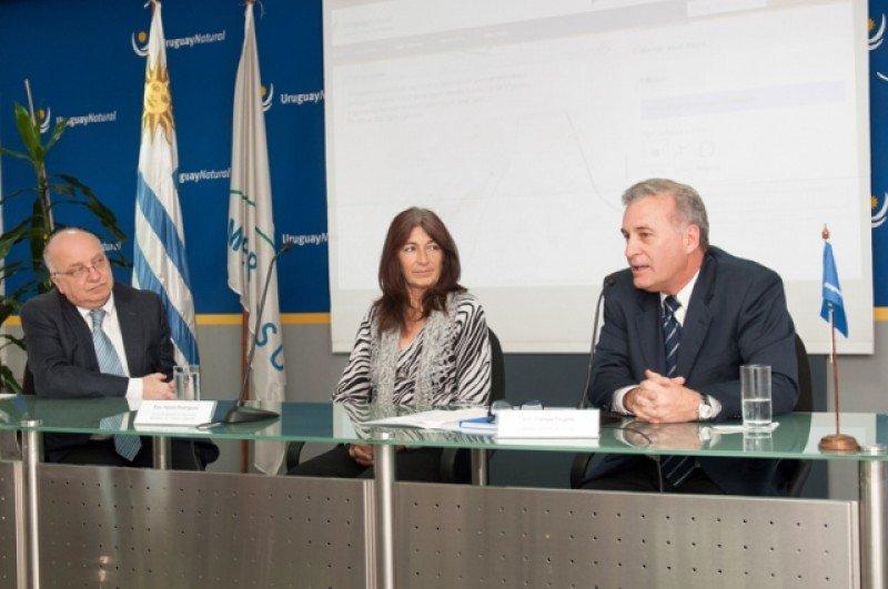 José Clastornik (AGESIC), Hyara Rodríguez y Carlos Fagetti (Ministerio de Turismo) en la presentación de la herramienta.
