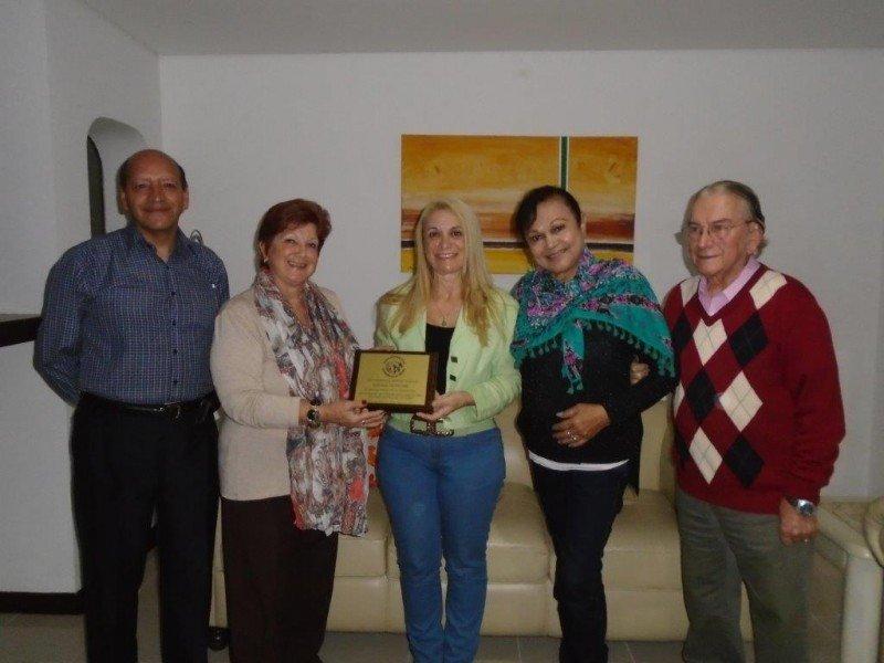 Jorge Amonzabel (Bolivia), María Shaw (Uruguay), Elena Villar (Perú) y Wilson B. Sierra (Brasil) entregan una plaqueta a Miriam Petrone, Presidente de ABRAJET Nacional, en agradecimiento por la coordinación del encuentro.