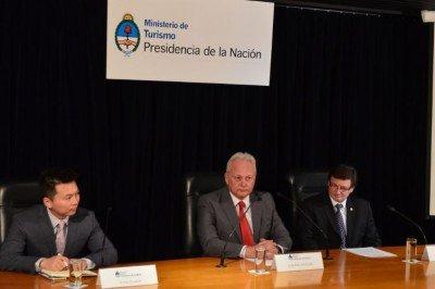 Wang Xiaolin (Consejero Embajada de China en Argentina); Daniel Aguilera (Secretario de Turismo de la Nación); Horacio Repucci (CAT).