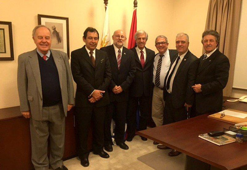 Dirigentes de la Cámara Uruguaya de Turismo con el presidente Tabaré Vázquez en la residencia de Suárez. Foto: Camtur.