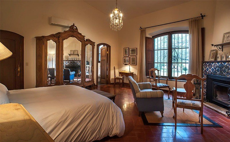 Una de las habitaciones del flamante hotel de campo.