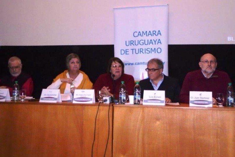 Autoridades del Ministerio de Turismo, la CAMTUR y la Intendencia de Flores en la tercera reunión abierta regional 2015. Foto: Cipetur