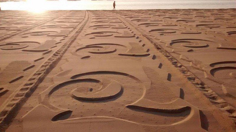 Playas con la Q impresa en la arena.