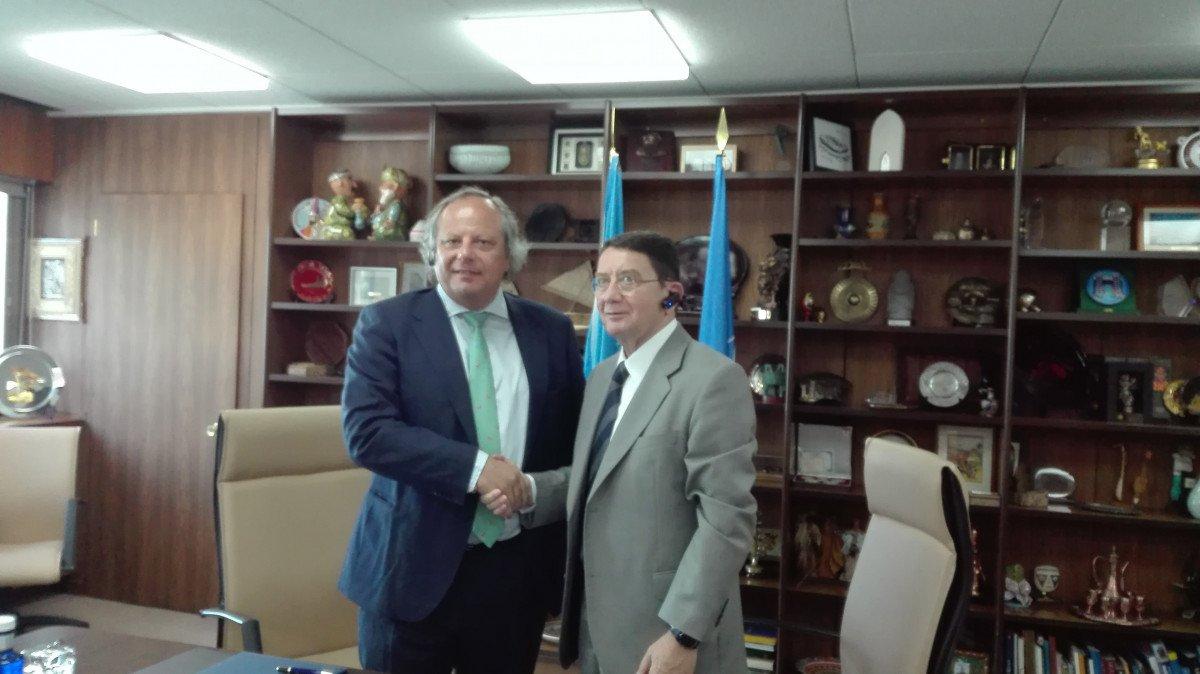 Miguel Mirones y Taleb Rifai en la firma del acuerdo.