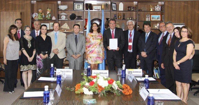 Taleb Rifai, Isabel Borrego y Joan Molas (en el centro de la imagen), presiden la firma de adhesión de CEHAT al Código Ético Mundial para el Turismo de la OMT.