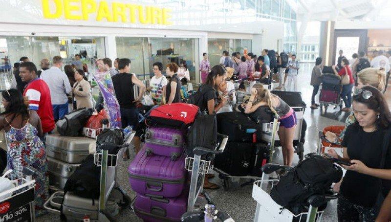 Indonesia cierra cuatro aeropuertos por la erupción de un volcán