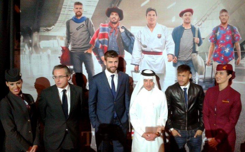 El club firmó un contrato de 150 M € con la Fundación Qatar que luego fue reemplazado por Qatar Airways. En la foto, el equipo, el CEO de Qatar Airways y dos TCP españolas.