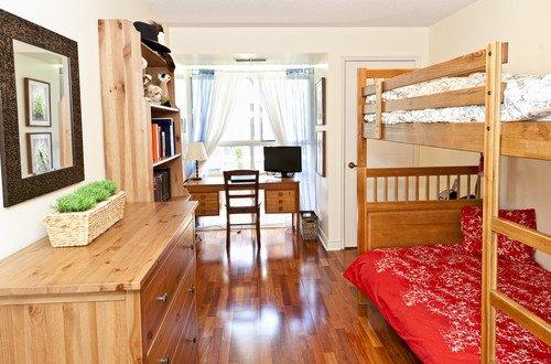 El propietario de la vivienda ha de estar empadronado y pernoctar en el piso durante la estancia del usuario. #shu#