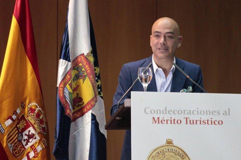 Kike Sarasola en el discurso de agradecimiento en representación de todos los distinguidos con las Medallas y Placas al Mérito Turístico.