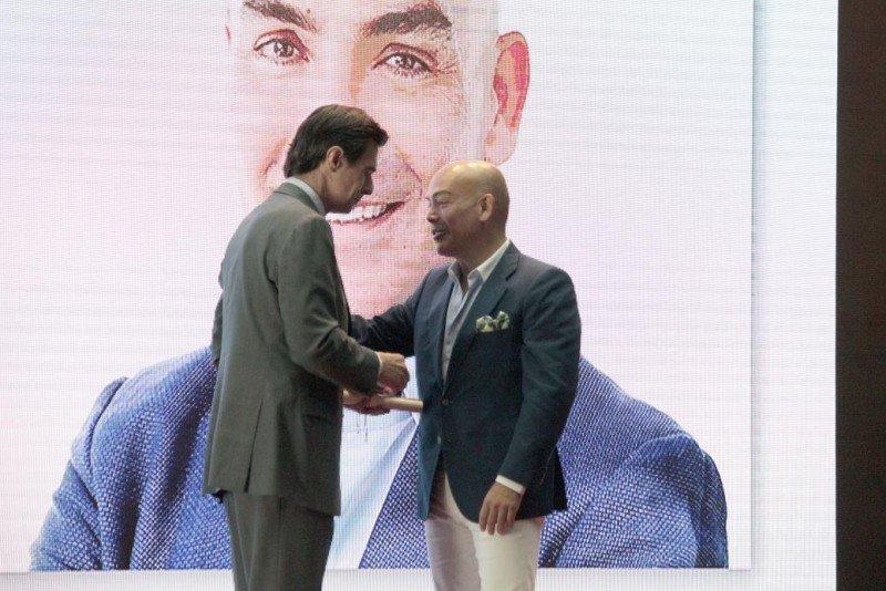 El ministro Soria entrega a Kike Sarasola la Medalla de Oro al Mérito Turístico a la Innovación.