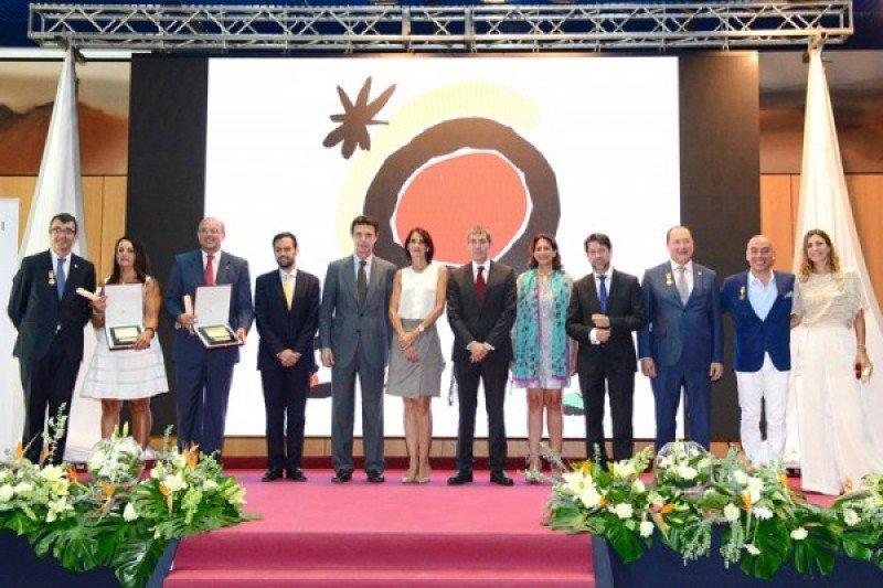 Los galardonados posan con José Manuel Soria, Isabel Borrego, Fernando Clavijo, nuevo presidente de Canarias y la María Teresa Lorenzo, la nueva consejera de turismo del archipiélago.