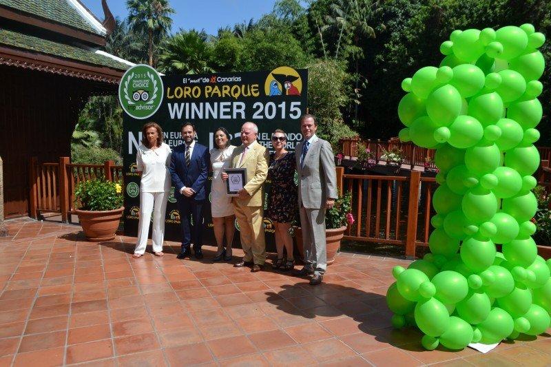 La familia Kiessling recogiendo el premio de TrivAdvisor.