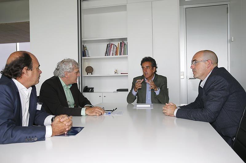 El consejero Francisco Martín durante la reunión con los responsables de la AEHC (Foto: Nacho Romero / Gobierno de Cantabria)