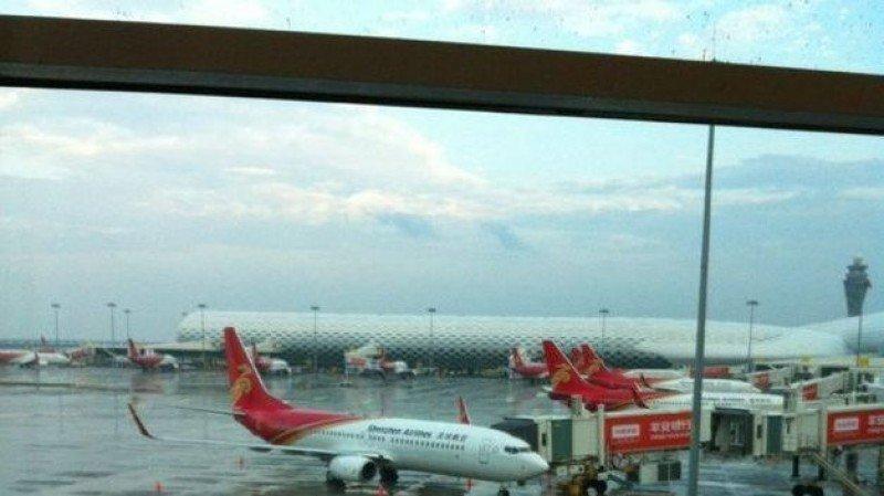 China suspende operaciones al aeropuerto en el que un pasajero armado abordó un avión