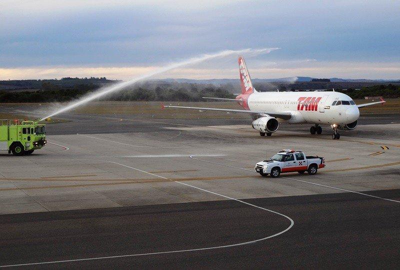 Bautismo del vuelo inaugural en el aeropuerto Laguna del Sauce.