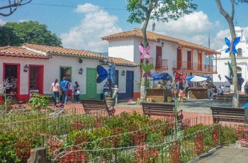 Turistas recorren un pueblo colonial cercano a Medellin. #shu#