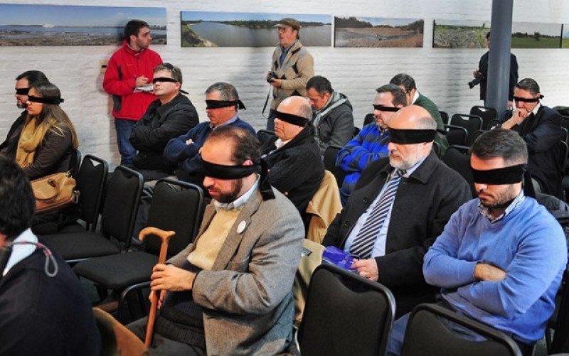Los asistentes al lanzamiento se vendaron los ojos para acercarse a la experiencia.