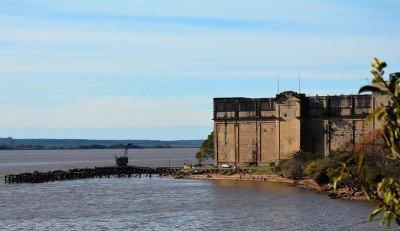 Frigorífico Anglo y muelle en el río Uruguay.