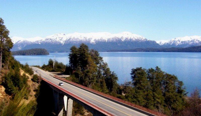 Ruta de los 7 Lagos une San Martín de los Andes (Neuquén) con Bariloche (Río Negro).