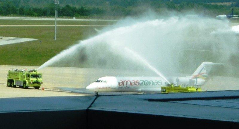 Avión de Amaszonas en su vuelo inaugural Santa Cruz-Asunción-Montevideo.