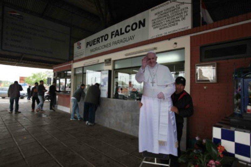 Funcionario de la frontera junto a una imagen de Francisco. Foto: agencia EFE