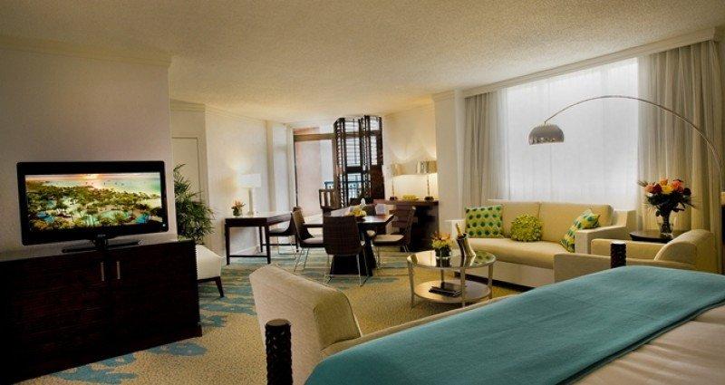 El hotel tiene 355 habitaciones y un piso ejecutivo con servicio de conserje privado.