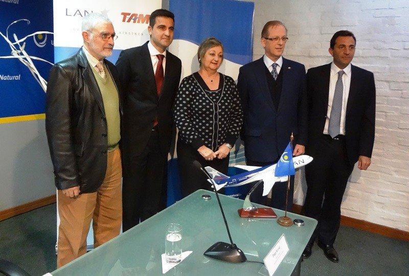 Subsecretario de Turismo, Benjamín Liberoff; gerente de LATAM en Uruguay, Francisco Chiari; ministra Liliam Kechichian; embajador de Perú, Augusto Arzubiaga y gerente del Aeropuerto de Carrasco, Diego Arrosa, en la presentación.