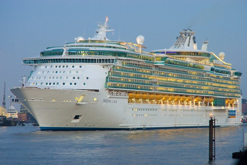 Autoridades de Jamaica investigan incendio en crucero Freedom of the Seas.
