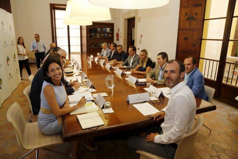 Inma de Benito y el conseller de Turismo, Biel Barceló, en primer plano, en una reunión entre Govern i patronal hotelera.