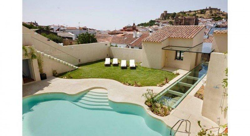 Vistas de Aracena desde la piscina del Hotel Restaurante Galería Essentia.