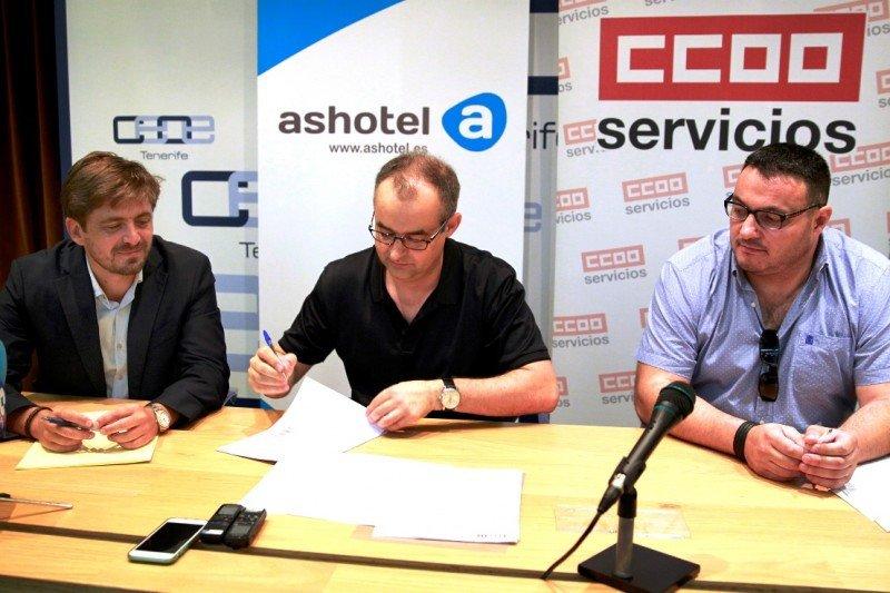 Jorge Marichal, presidente de Ashotel, y los secretarios generales de la Federación de Servicios Estatal de CCOO y CCOO Canarias, José María Martínez e Ignacio López, en el momento de la firma.