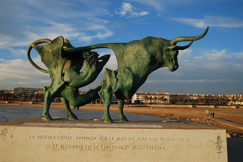 Playa de Vilanova i la Geltrú, con la escultura 'Pasifae' del artista Oscar Estruga.