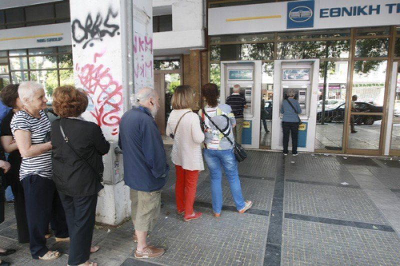 Cola ante un cajero para retirar dinero en efectivo, el pasado 27 de junio en Tesalónica, Grecia. #shu#