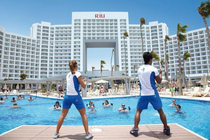Los hoteles de Riu ofrecen en su programa de animación la alternativa RiuFit, que incluye actividades acuáticas y en el gimnasio para mantenerse en forma.