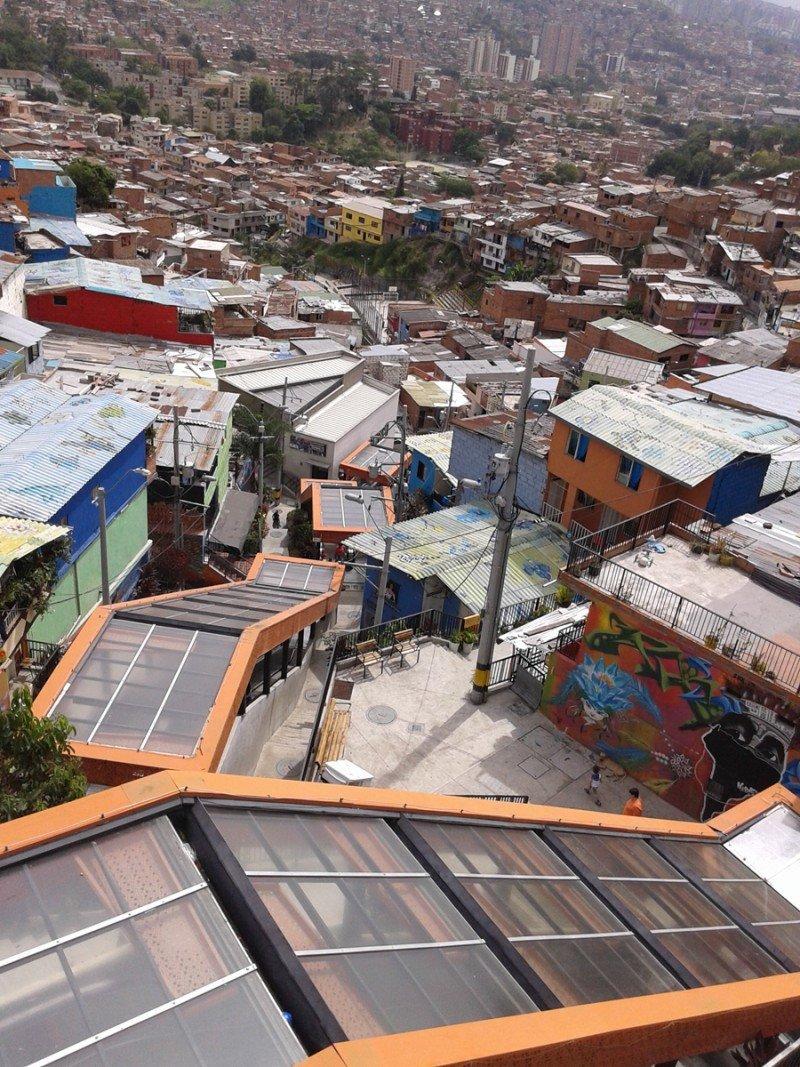 Escaleras mecánicas en Comuna 13 de Medellín.