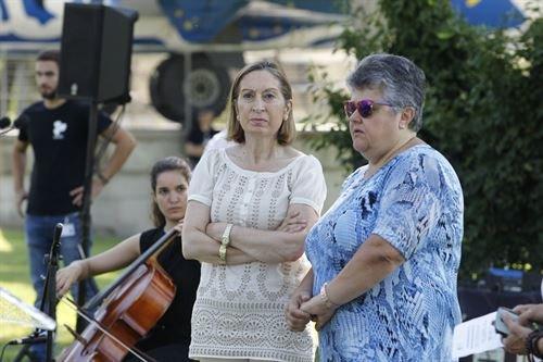 La ministra de Fomento, Ana Pasto, y Pilar Vera, presidente de las víctimas del accidente, en el acto de homenaje en el aeropuerto de Madrid-Barajas.