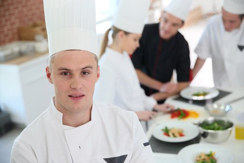Se pretende dar la oportunidad de iniciar una carrera profesional o mejorar conocimientos. #shu#