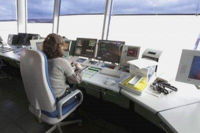 La red de datos se utiliza para transmitir información esencial de comunicación aérea.