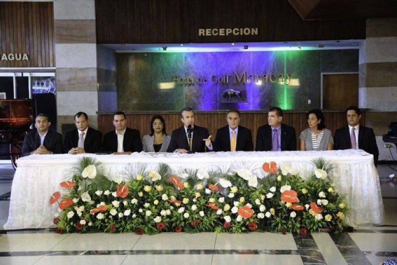 Firma del acuerdo entre el gobierno de Aragua y la cadena internacional.