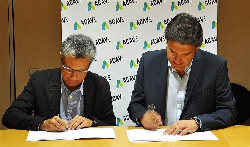 Los presidetnes de ACAVE y ACPT firman el acuerdo.