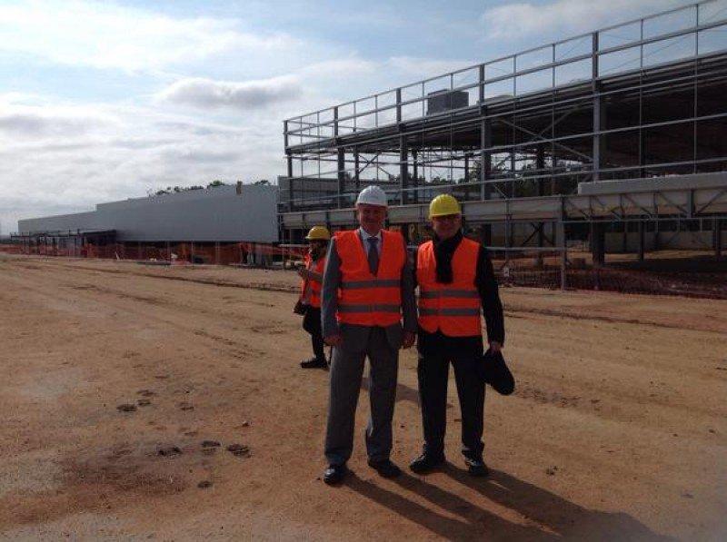 El director ejecutivo de la Federación Internacional de Astronáutica visitó las obras del Centro de Convenciones de Punta del Este junto a Arnaldo Nardone.