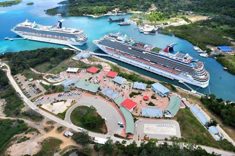 Cruceros en el puerto de Roatán.